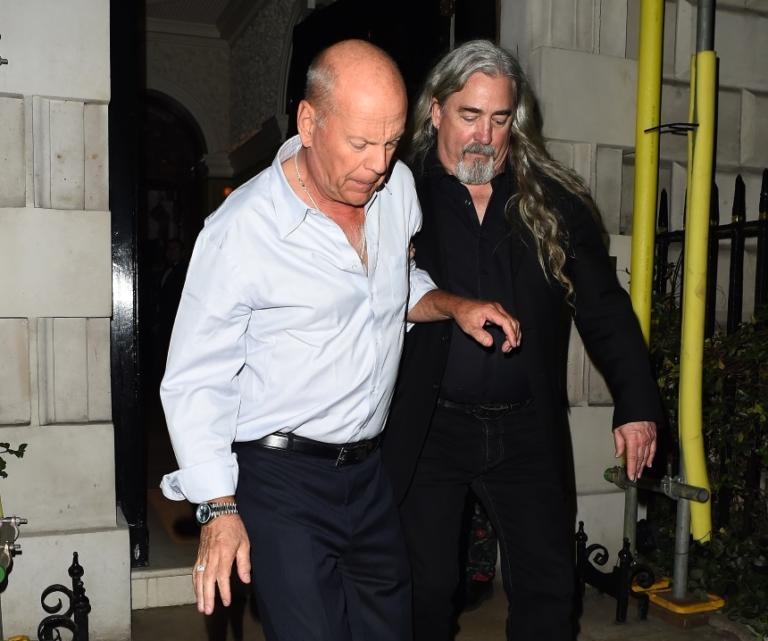 Ο Bruce Willis όπως δεν τον έχεις ξαναδεί! Υποβασταζόμενος από τους σωματοφύλακες του στο Λονδίνο – Φωτογραφίες