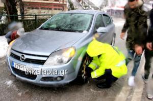 Καιρός: Αστυνομικοί βάζουν αλυσίδες σε αυτοκίνητα στα Τρίκαλα