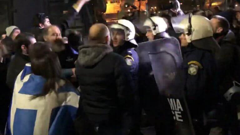 Θεσσαλονίκη: Ένταση, χημικά και ξύλο έξω από το Μέγαρο Μουσικής – Συνθήματα κατά του Προκόπη Παυλόπουλου – video | Newsit.gr