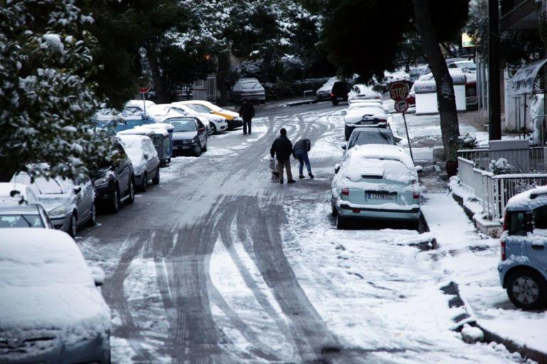 Προβλήματα και κλειστοί δρόμοι στην Αττική λόγω χιονιού