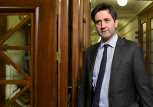 Από ανάκριση περνάει σήμερα στις Βρυξέλλες ο Γ. Χουλιαράκης για τον κατώτατο μισθό