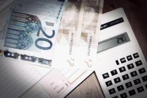 Η μείωση του αφορολόγητου θα καταπιεί τις επιπλέον αμοιβές όσων αμείβονται με τον κατώτατο μισθό