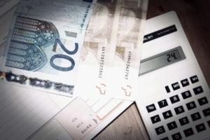 Αναδρομικά: Χαράτσι με επιπλέον φόρο – Ποιοι και πόσα θα πληρώσουν