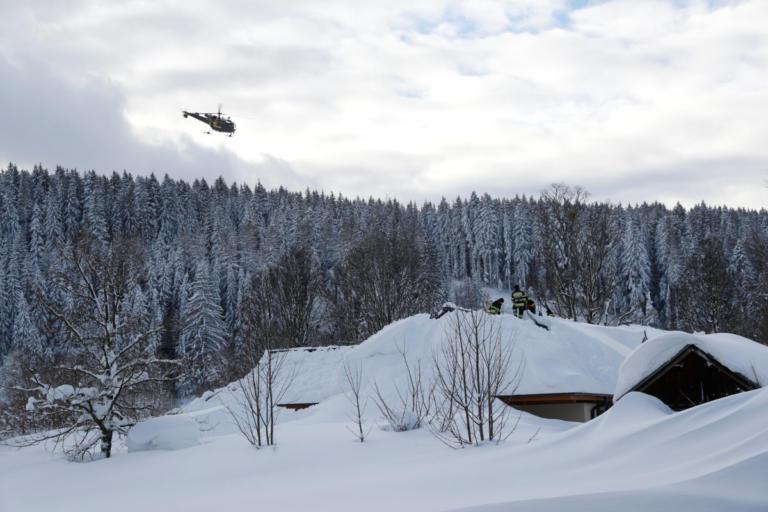 Ελβετία: Είχαν θαφτεί κάτω από χιονοστιβάδα και σώθηκαν χάρη στους σκύλους τους – Κάλεσαν σε βοήθεια
