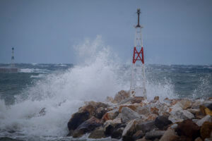 Καιρός: Οι ισχυροί άνεμοι κρατούν αγκυροβολημένα τα πλοία