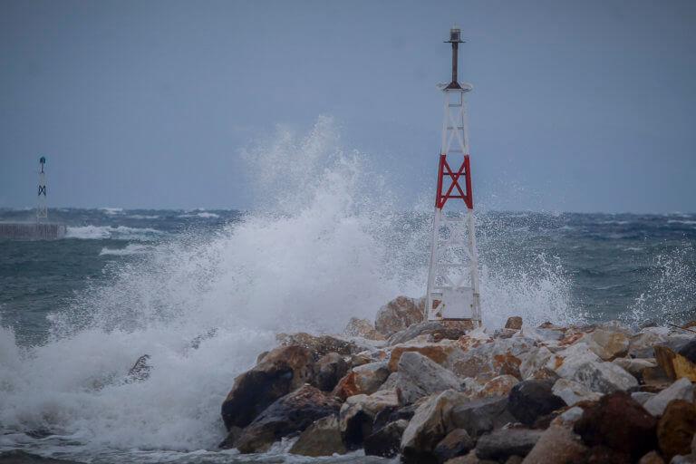 Καιρός: Οι ισχυροί άνεμοι κρατούν αγκυροβολημένα τα πλοία | Newsit.gr