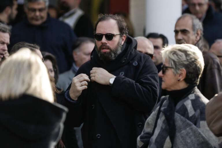 Συντετριμμένος ο Γιώργος Λάνθιμος στην κηδεία του πατέρα του | Newsit.gr