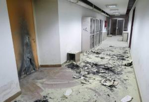 Θεσσαλονίκη: Νέες εικόνες ντροπής και διάλυσης στο ΑΠΘ – Έβαλαν φωτιά σε διάδρομο [pics]