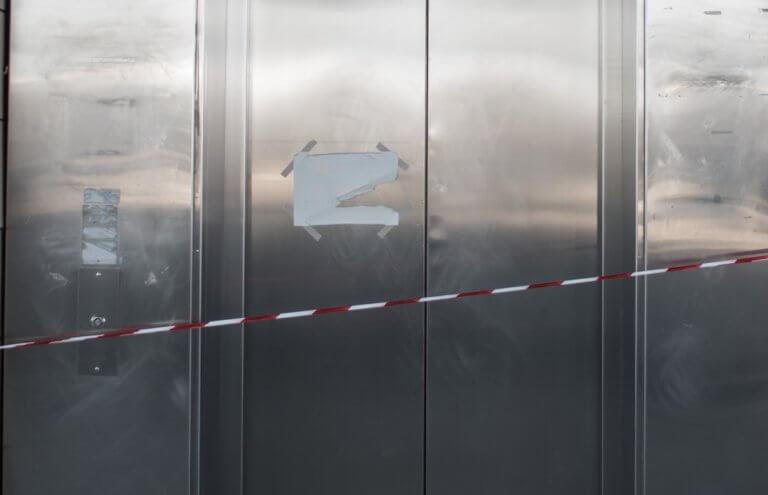Χανιά: Κάλεσε το ασανσέρ και όταν άνοιξε την πόρτα βρέθηκε στο κενό – Το μεγάλο λάθος του! | Newsit.gr