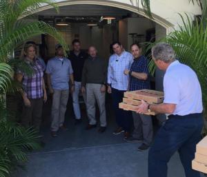 Πίτσα τους… απλήρωτους σωματοφύλακές του κέρασε ο Τζορτζ Μπους