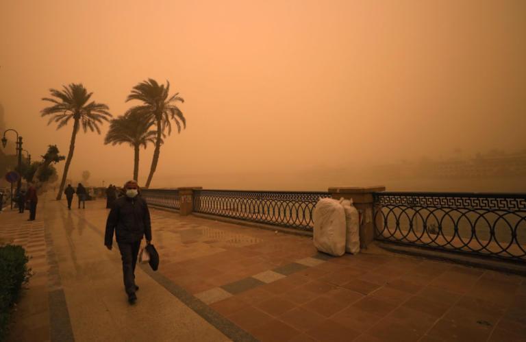 Πνίγηκε στη σκόνη το Κάιρο! Εντυπωσιακές εικόνες από την αμμοθύελλα – pics | Newsit.gr