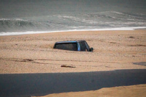 Πρέβεζα: Αυτοκίνητο θάφτηκε στην άμμο – Απίστευτες εικόνες στην παραλία [pics]