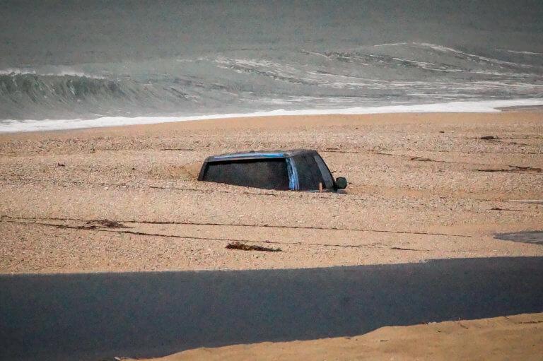 Πρέβεζα: Αυτοκίνητο θάφτηκε στην άμμο – Απίστευτες εικόνες στην παραλία [pics]   Newsit.gr