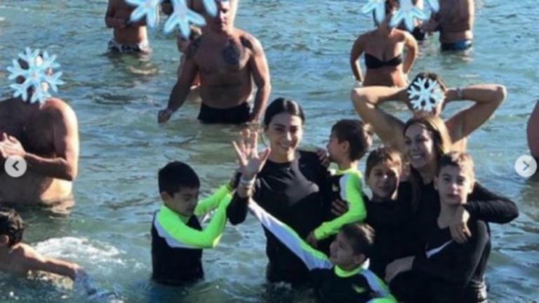 Θεοφάνια: Η Χοψονίδου και τα… Σπανουλάκια βούτηξαν για τον Σταυρό – video | Newsit.gr
