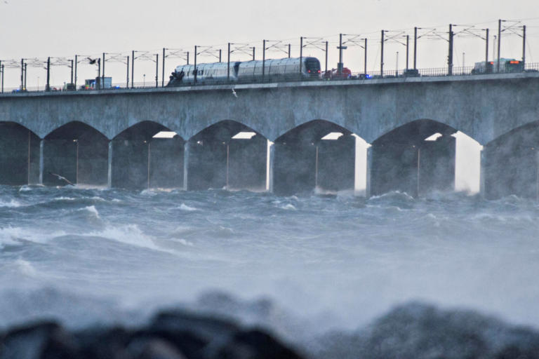 Απίστευτο σιδηροδρομικό δυστύχημα στη Δανία με έξι νεκρούς! [pics, video] | Newsit.gr