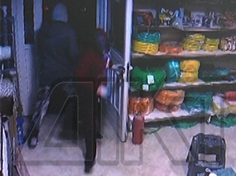 Σέρρες: Οι κουκουλοφόροι με τα τσεκούρια άναψαν και τα φώτα – Το βίντεο ντοκουμέντο με το χτύπημα! | Newsit.gr
