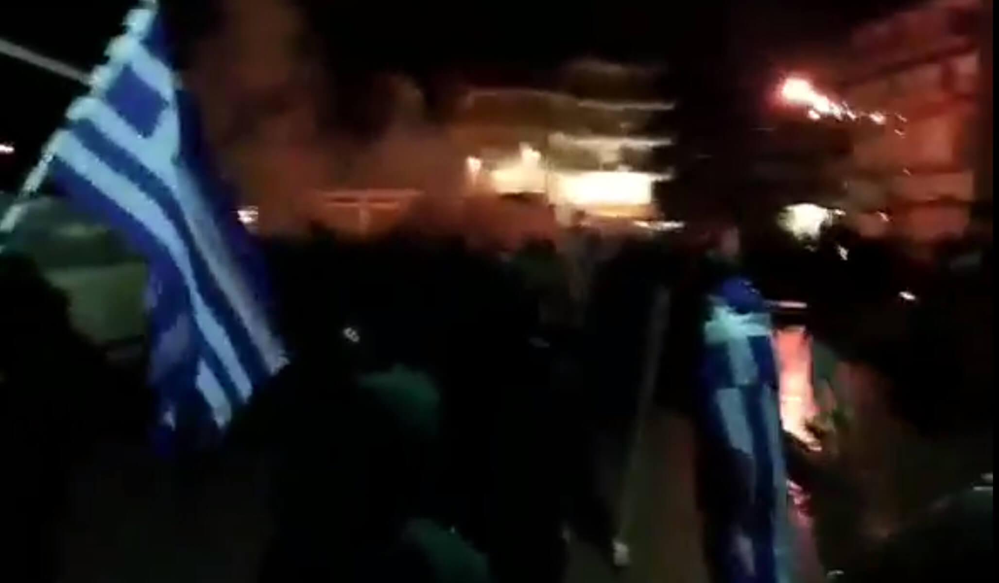 Μολότοφ και δακρυγόνα έξω από το σπίτι βουλευτού του ΣΥΡΙΖΑ – video