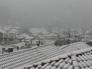 Καιρός: Αέρας και χιόνια σαρώνουν τη χώρα! Προβλήματα στην κυκλοφορία σε πολλές περιοχές