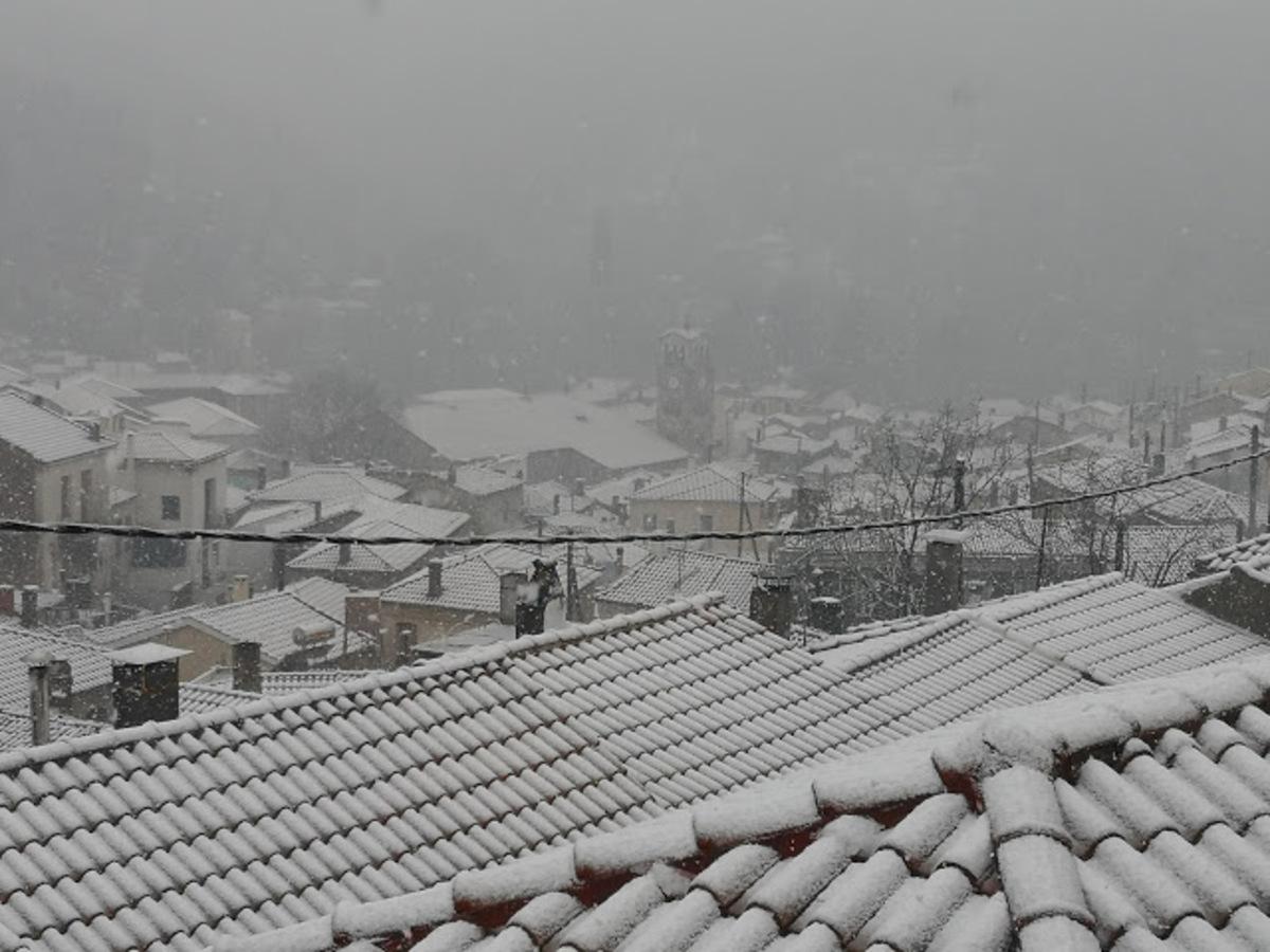 Αέρας και χιόνια σαρώνουν τη χώρα! Εγκλωβισμένοι άνθρωποι στη Φθιώτιδα - Προβλήματα στην κυκλοφορία σε πολλές περιοχές