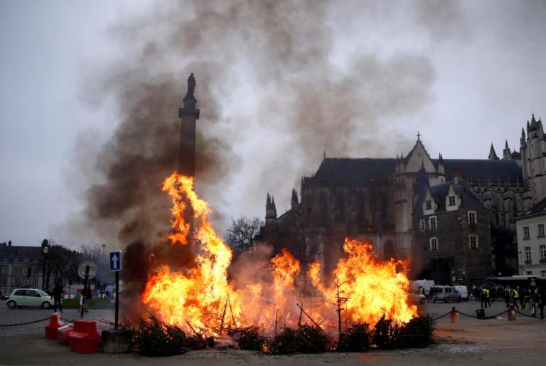 """Κίτρινα Γιλέκα: """"Φλέγεται"""" ξανά η Γαλλία – Φυγάδευσαν όπως – όπως τον κυβερνητικό εκπρόσωπο"""