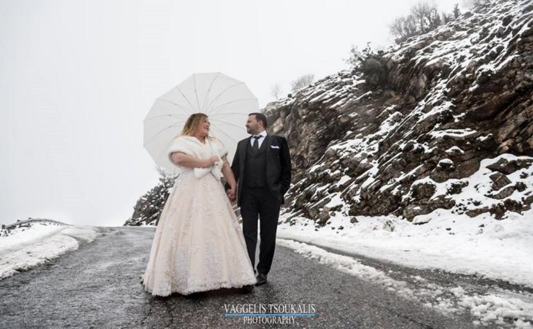 Τολμηροί νεόνυμφοι φωτογραφήθηκαν στο χιονισμένο Ψηλορείτη [pics]