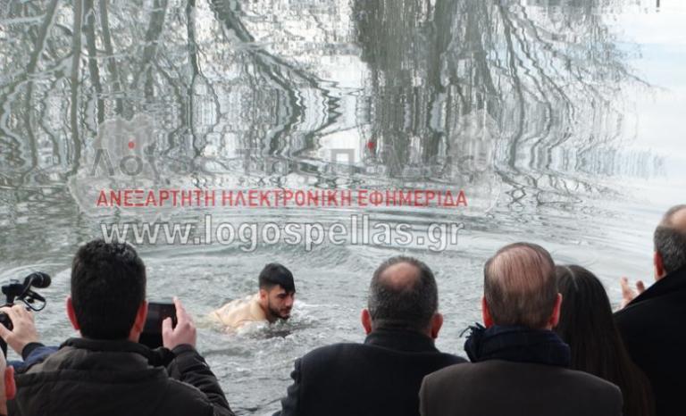 Φώτα με χιόνια στα Γιαννιτσά: Ένας ο τολμηρός που έπεσε στον παγωμένο Λουδία [pics]