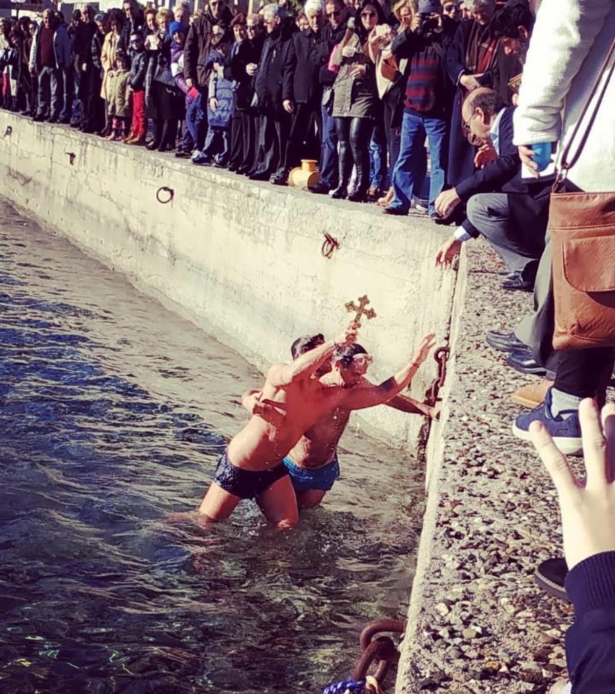 Ποιος γνωστός Έλληνας βούτηξε στα παγωμένα νερά και έπιασε τον Σταυρό; [pic,video]