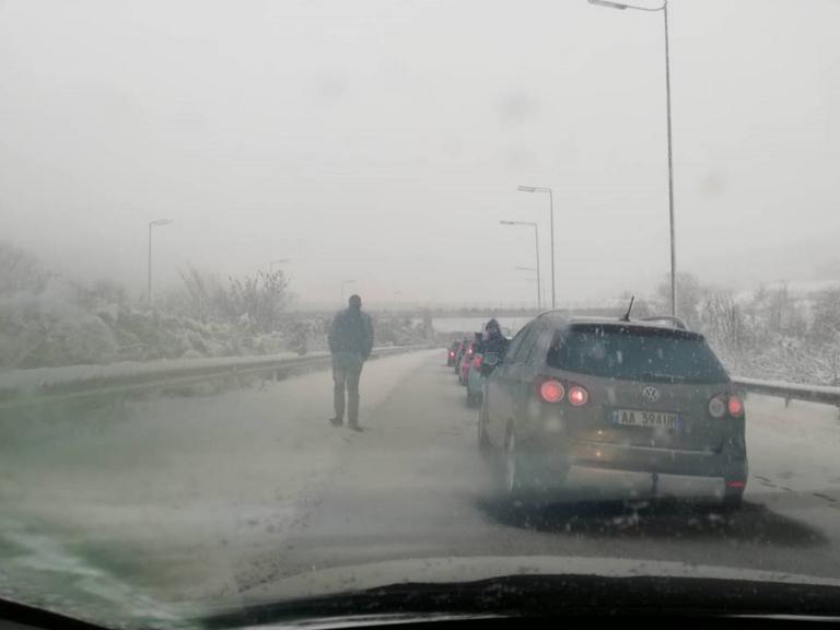 Καιρός: Εγκλωβίστηκαν στο δρόμο για τη Βέροια [pics]