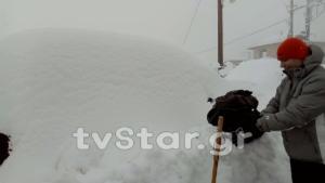 """Το χιόνι """"κατάπιε"""" τα αυτοκίνητα στην Αγόριανη – video"""