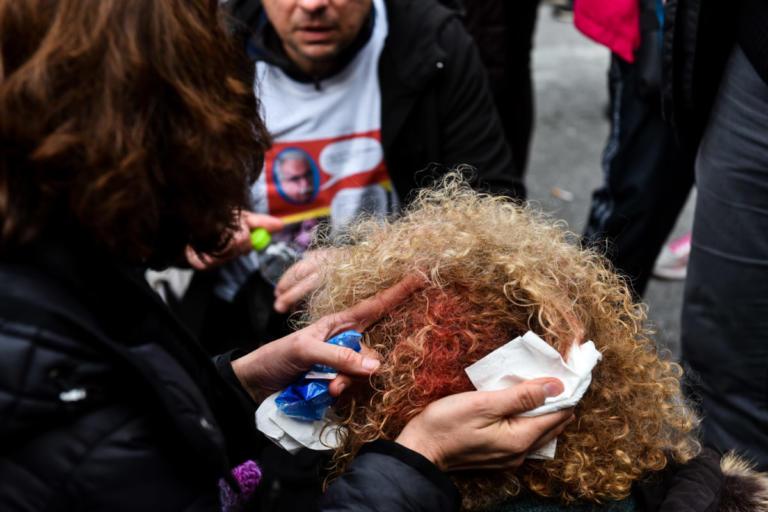 Συγκρούσεις εκπαιδευτικών με άνδρες των ΜΑΤ στο κέντρο της Αθήνας – Τραυματίστηκαν βουλευτής του ΚΚΕ και μέλος του ΔΣ της ΔΟΕ – Video