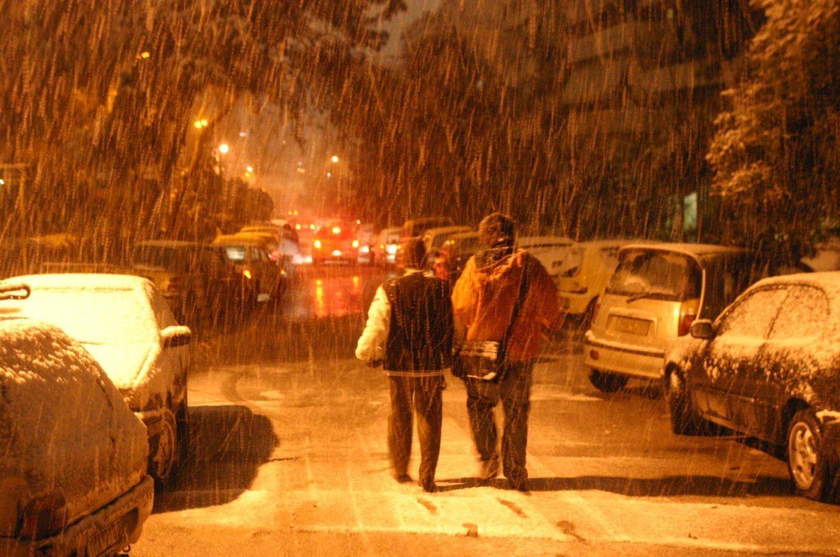 χιονίζει