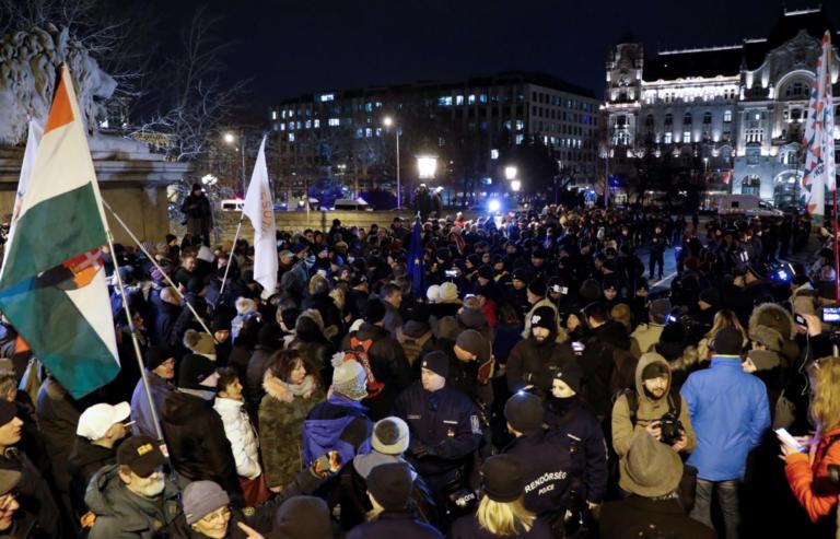 Ουγγαρία: Στους δρόμους κατά Όρμπαν για τα εργασιακά   Newsit.gr