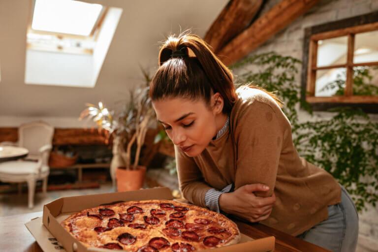 """Ερευνητές ανακάλυψαν """"κόλπο"""", που μέσα σε 2 λεπτά κόβει την λιγούρα για παχυντικά φαγητά!"""