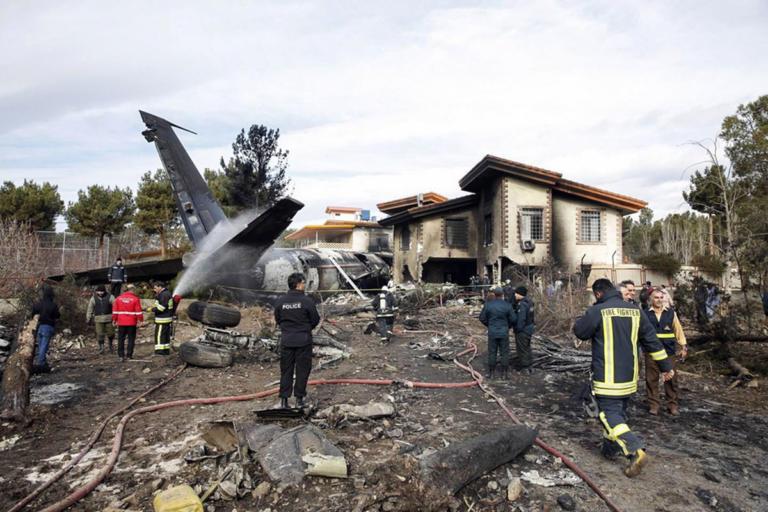 Συντριβή Boeing σε κατοικημένη περιοχή στο Ιράν – Ανασύρουν πτώματα | Newsit.gr
