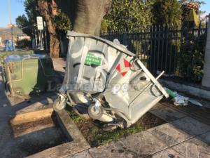 Λαμία: Έκανε τον κάδο σκουπιδιών χαλκομανία – Οι μαρτυρίες και το μυστήριο πίσω από τις εικόνες [pics]