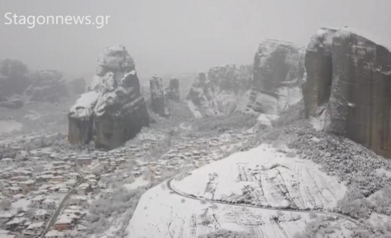 Καθηλωτικές εικόνες από τα χιονισμένα Μετέωρα – video