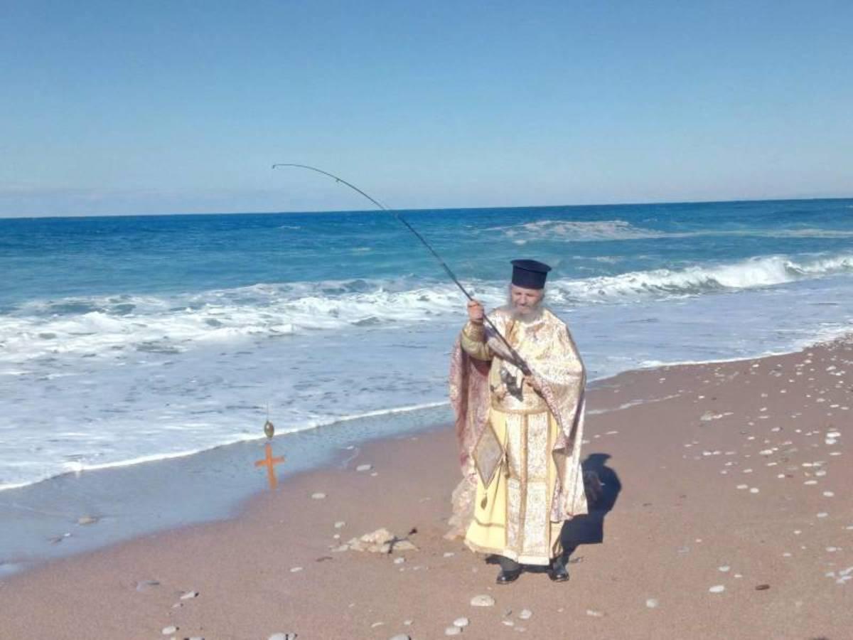 Μεσσηνία: Ο παπάς έριξε τον Σταυρό με… καλάμι [pic]