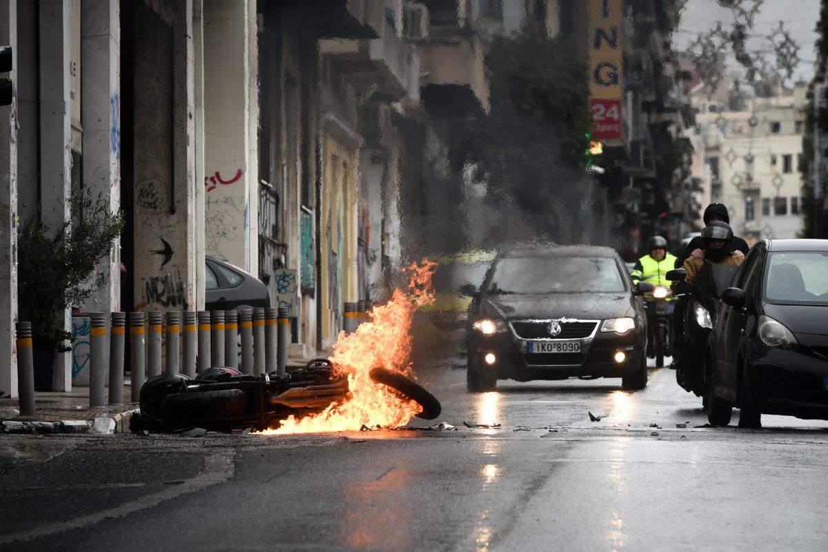 Γιατί μαχαίρωσαν τον διαδηλωτή στα Εξάρχεια