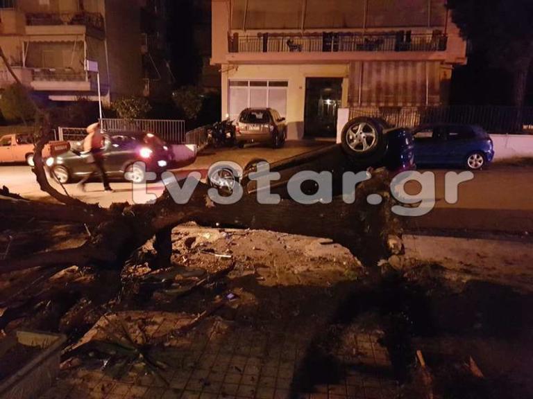 Λιβαδειά: Αυτοκίνητο ανέβηκε σε πεζοδρόμιο και καρφώθηκε σε δέντρο – Πάγωσαν οι αυτόπτες μάρτυρες [pics]