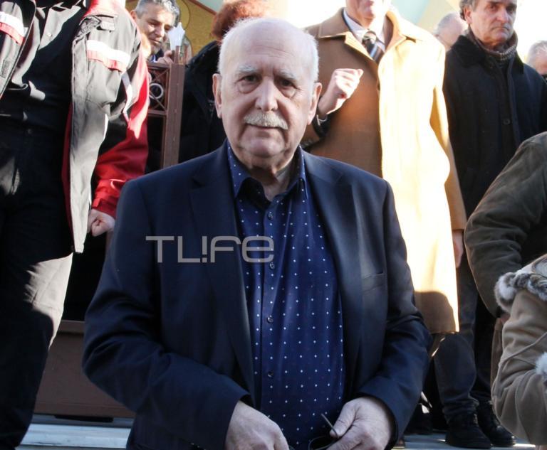 Το τελευταίο αντίο στον Σαράντο Καργάκο – Θλίψη στην κηδεία του