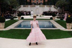 Μυστήριο! Απών ο Καρλ Λάγκερφλεντ από τα ντεφιλέ υψηλής ραπτικής της Chanel στο Παρίσι! [pics]