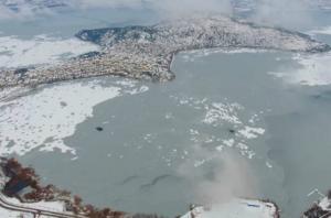 Καστοριά: Εικόνες μοναδικής ομορφιάς από drone – Ένα απέραντο παγοδρόμιο η περίφημη λίμνη – video