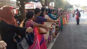Ινδία: Χιλιάδες γυναίκες σχημάτισαν ανθρώπινη αλυσίδα για τα δικαιώματά τους