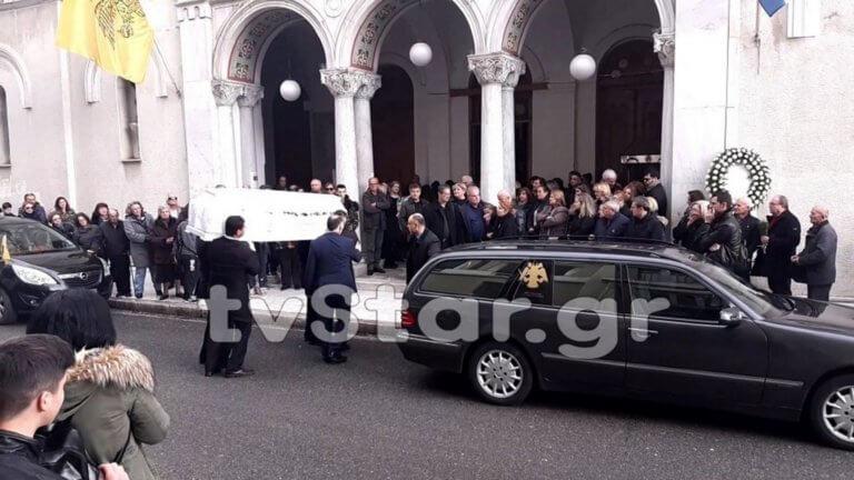Λαμία: Σπαραγμός στην κηδεία της μαθήτριας που πέθανε μετά από χειρουργική επέμβαση – Δάκρυα για τη γλυκιά Ιωάννα [pics, video]