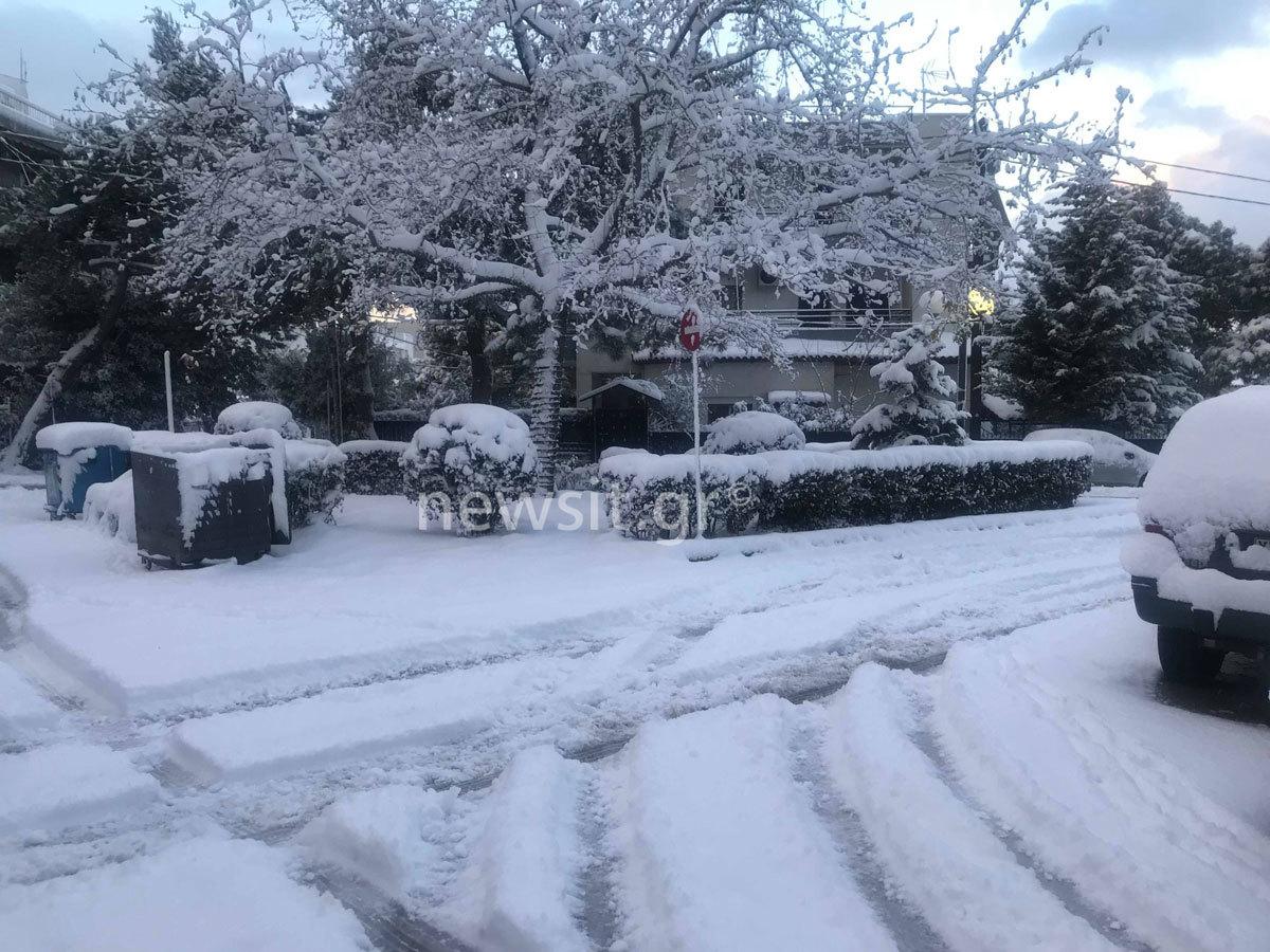 """Χιονισμένα προάστια Αττικής! Το χιόνι """"εξαφάνισε"""" αυτοκίνητα, δρόμους και… ρεύμα – Εντυπωσιακές εικόνες"""
