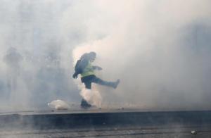 """Νέες συγκρούσεις με τα """"κίτρινα γιλέκα"""" στο Παρίσι"""