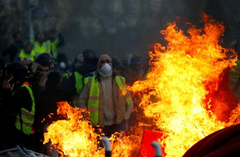 """Γαλλία: Αντί για """"κλέφτες κι αστυνόμους"""" τα παιδιά παίζουν """"κίτρινα γιλέκα κι αστυνόμους""""!"""