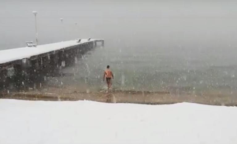 Χαλκιδική: Πήγε για μπάνιο εν μέσω χιονοθύελλας! – video | Newsit.gr
