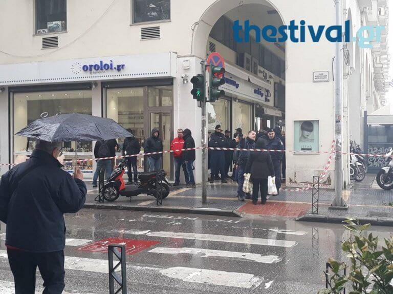 Θεσσαλονίκη: Εκκενώθηκε τράπεζα μετά από τηλεφώνημα για βόμβα – Κατέβασαν και τους ενοίκους πολυκατοικιών – video