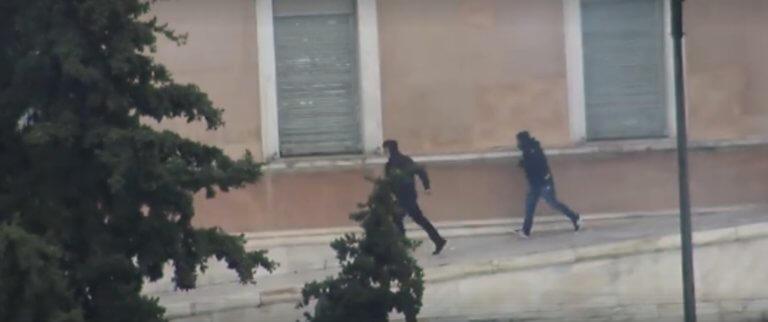 Γεροβασίλη: Αστυνομικοί οι κουκουλοφόροι στο περιστύλιο της Βουλής! [video] | Newsit.gr